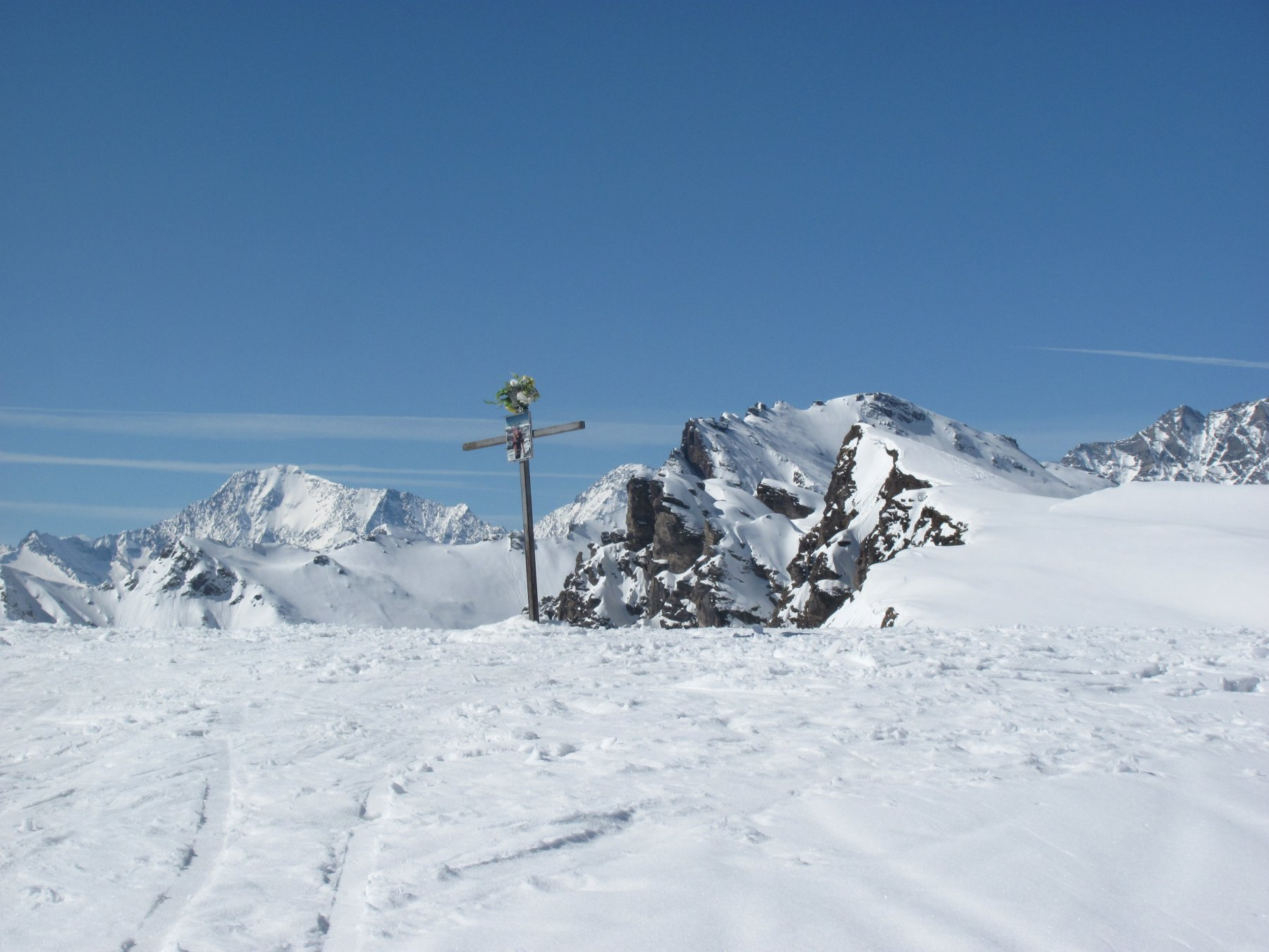 La cima senza nessuno (!), con la P.ta d'Orogna alle spalle in primo piano