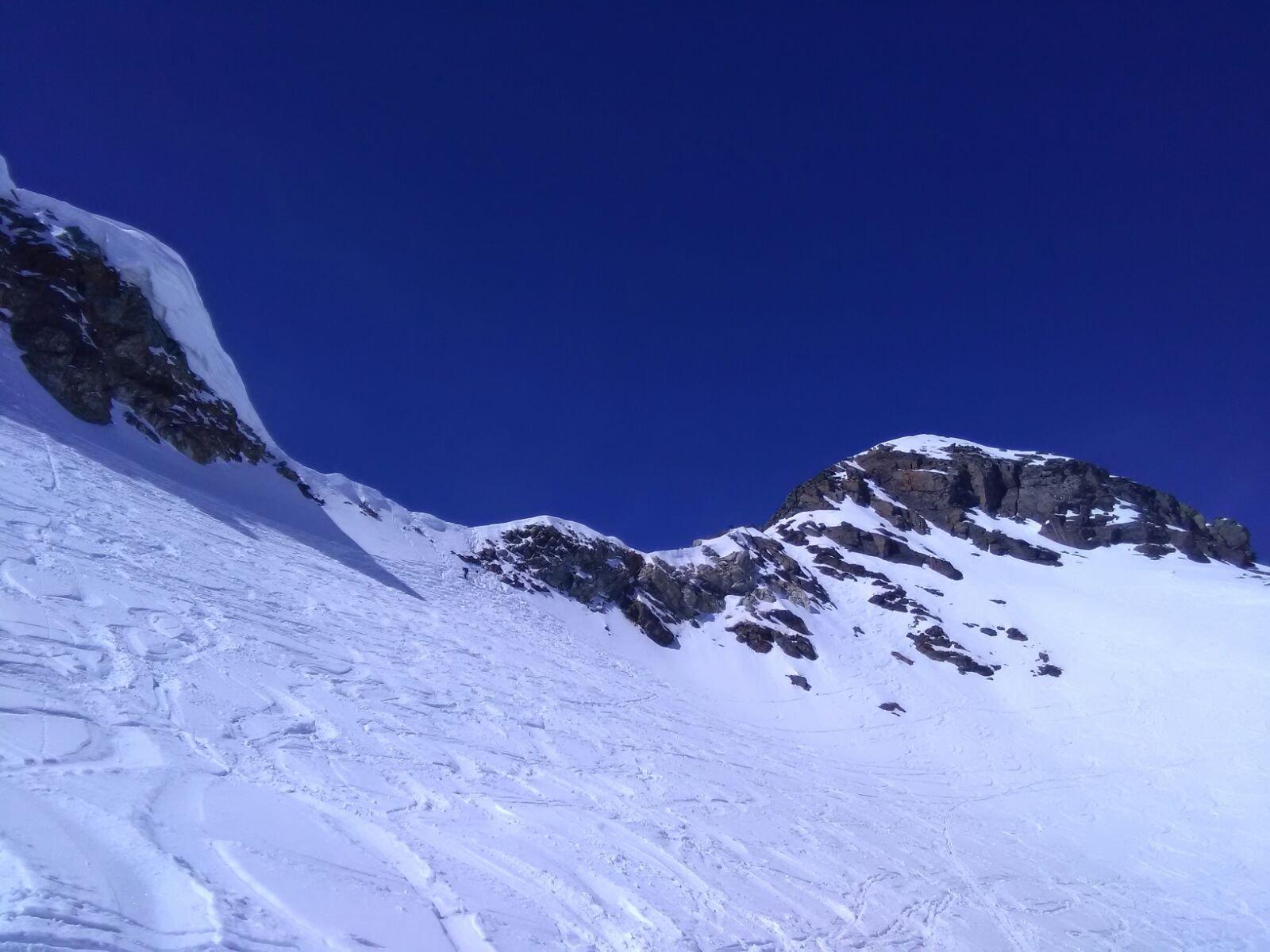 Ulitmi sforzi per arrivare al deposito sci. Si vedo lo scivolo di neve e a dx la cresta da percorre con i ramponi