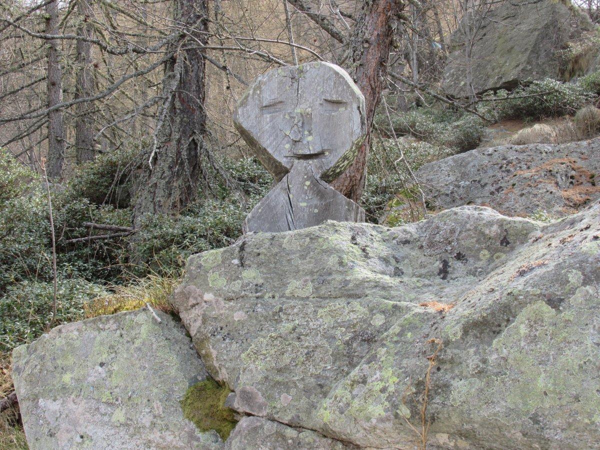 L'ometto sorridente che saluta i viandanti sulla poderale per l'Alpe La Ciarma