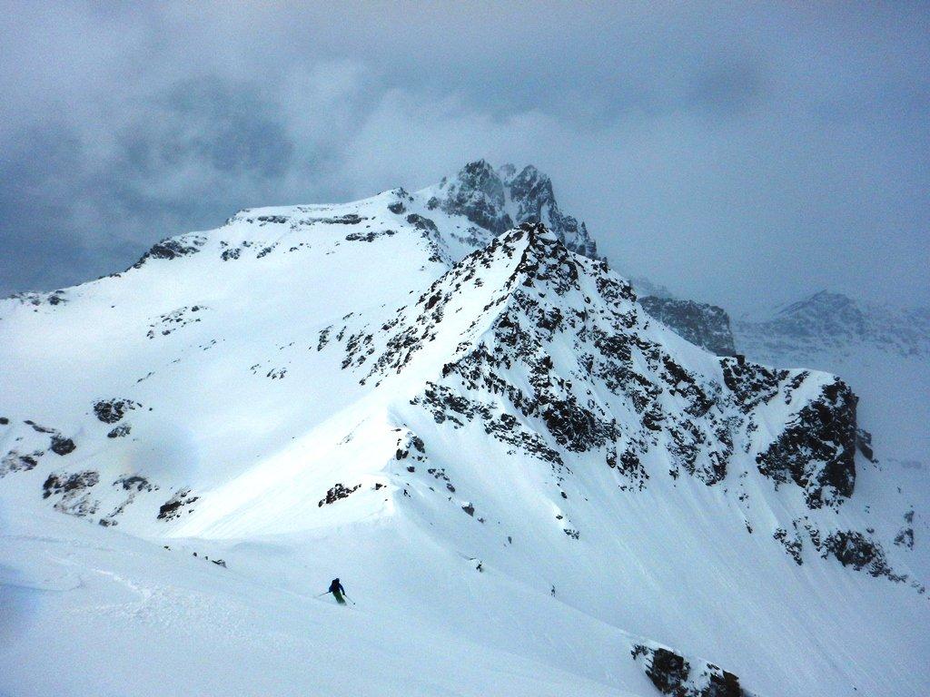 Bella neve sulla dorsale sotto la cima
