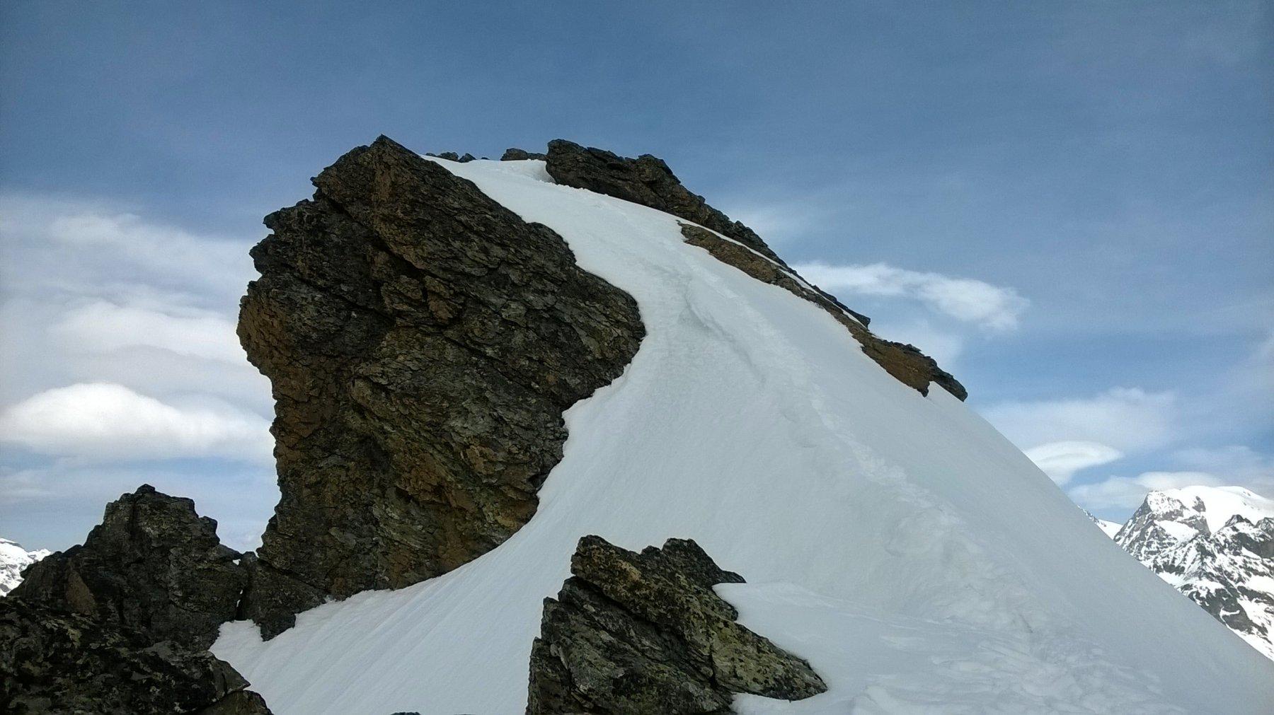 L'affilata cresta che conduce in vetta