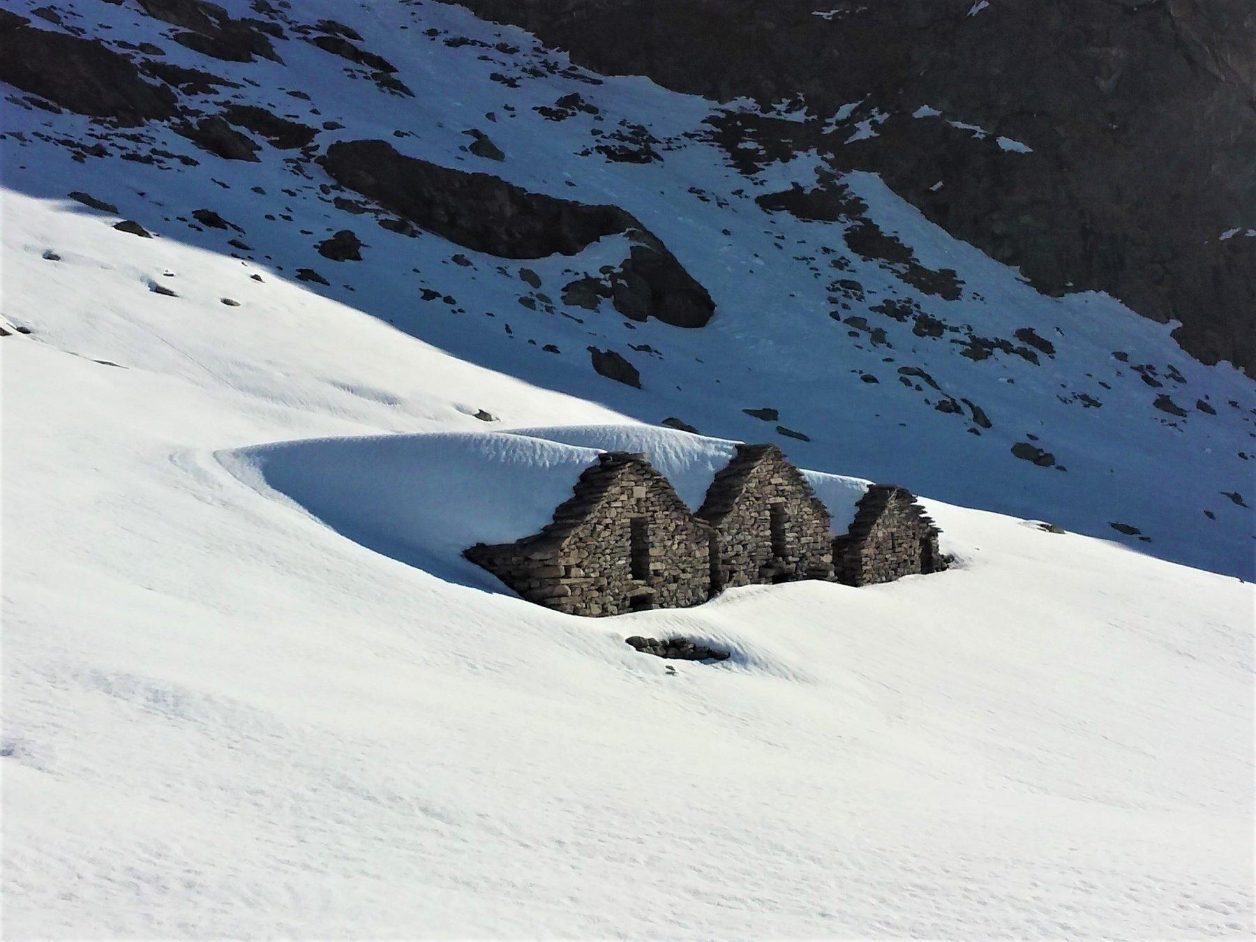 Grange ancora sotto la neve.