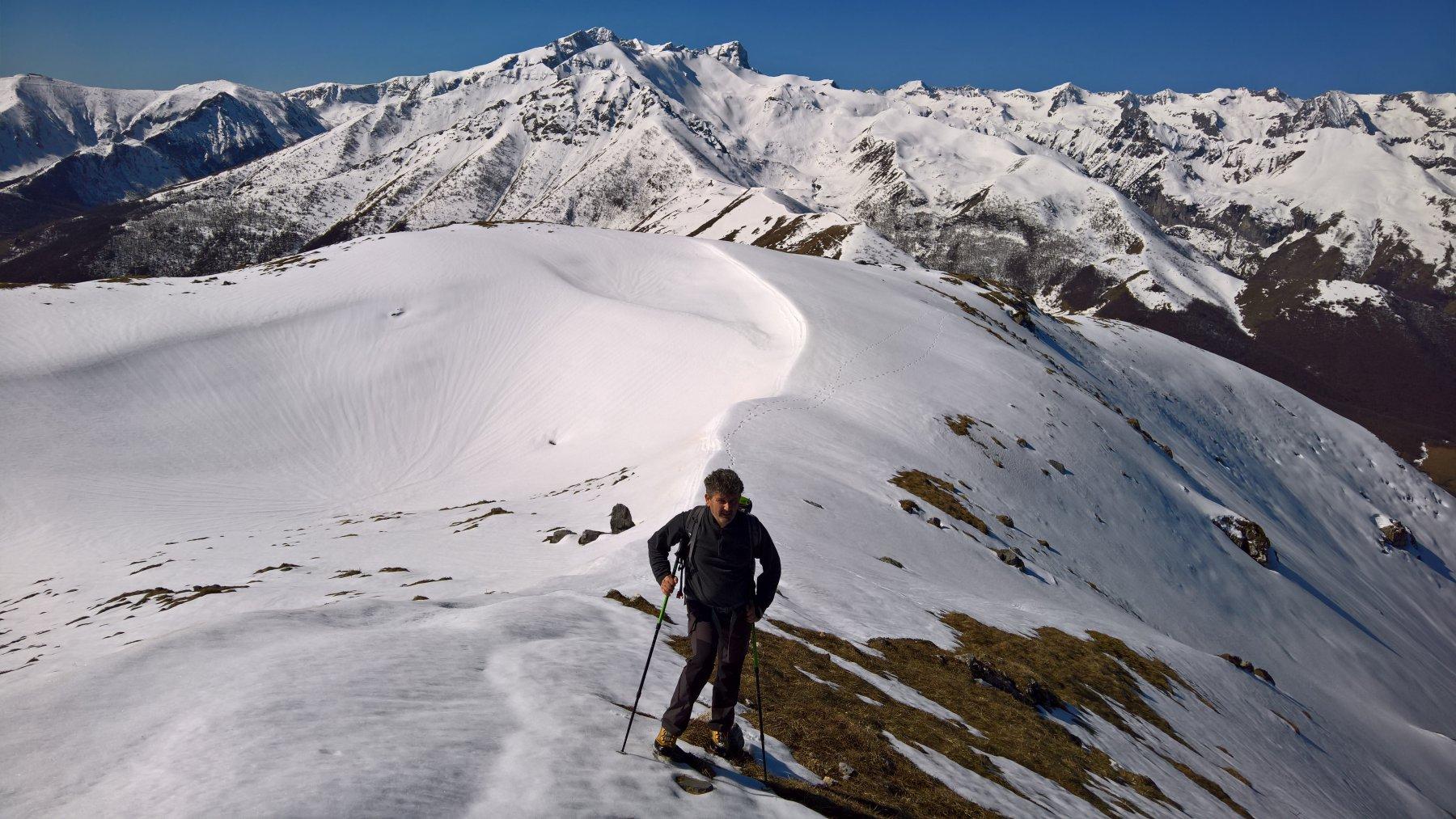ormai in cima con dietro l'unica neve ancora presente sul percorso