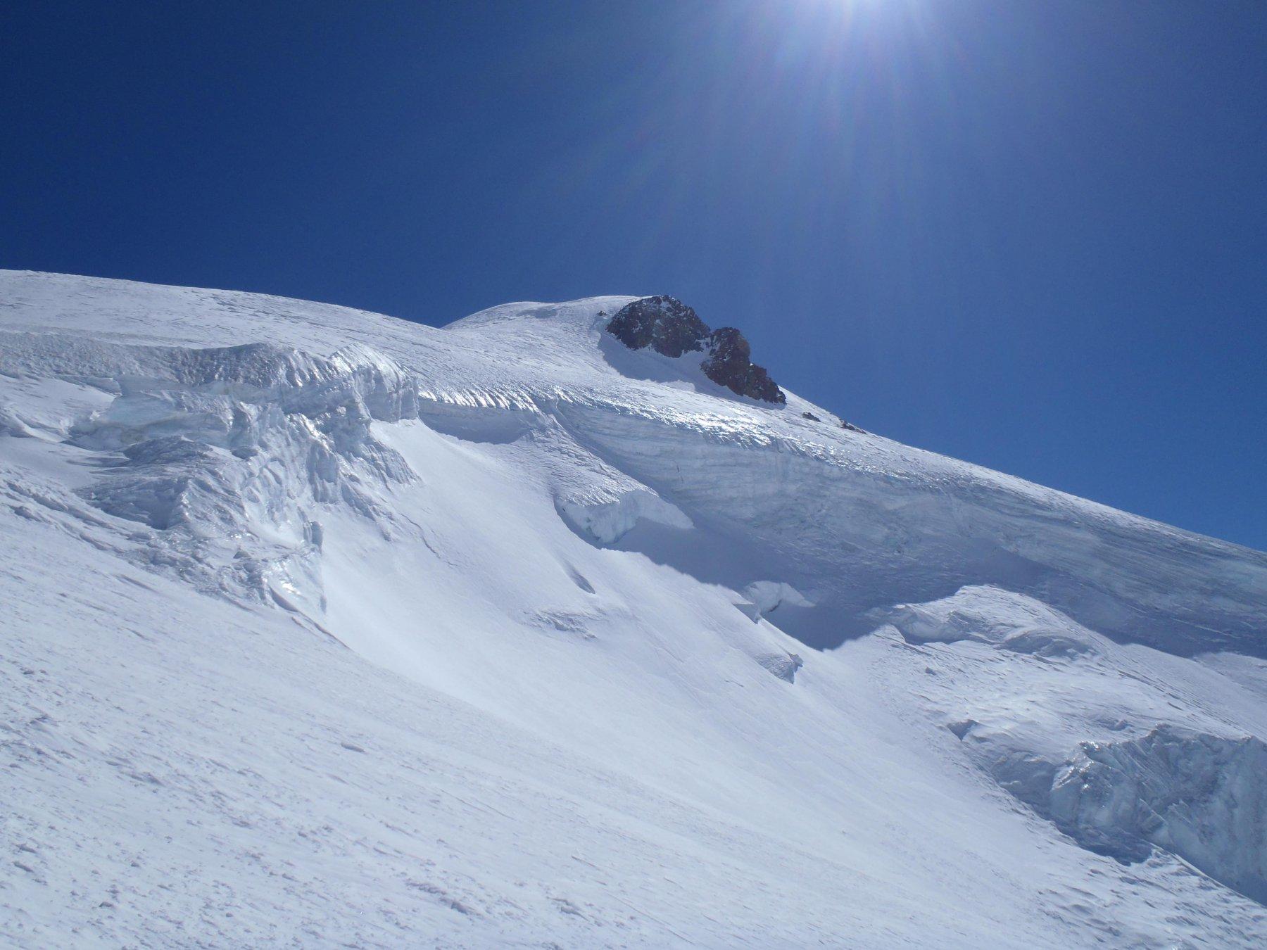 La vetta e i seracchi del versante sul ghiacciaio