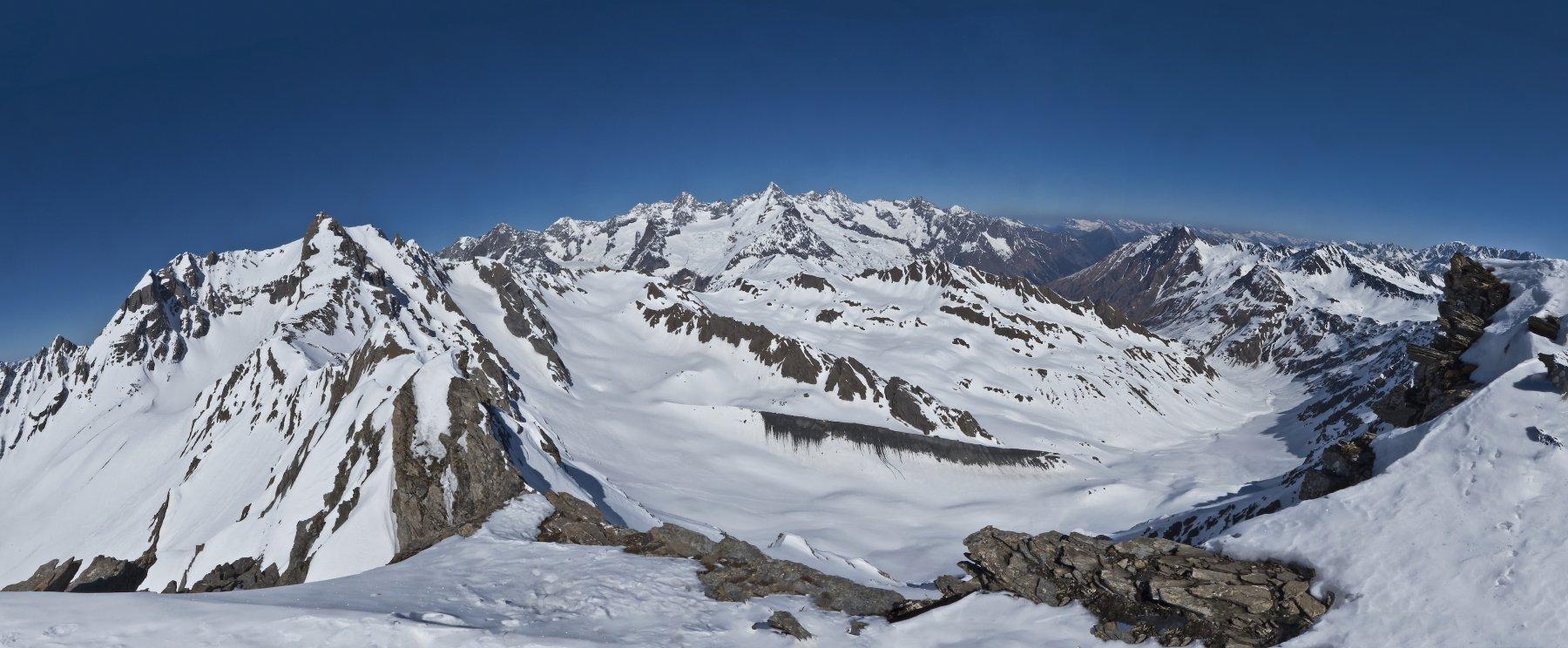 Panoramica 180° dalla cima, con la Gran Golliaz a sinistra, in fondo il massiccio del Bianco dalle Petit Jorasses al Dolent, la Val Ferret svizzera