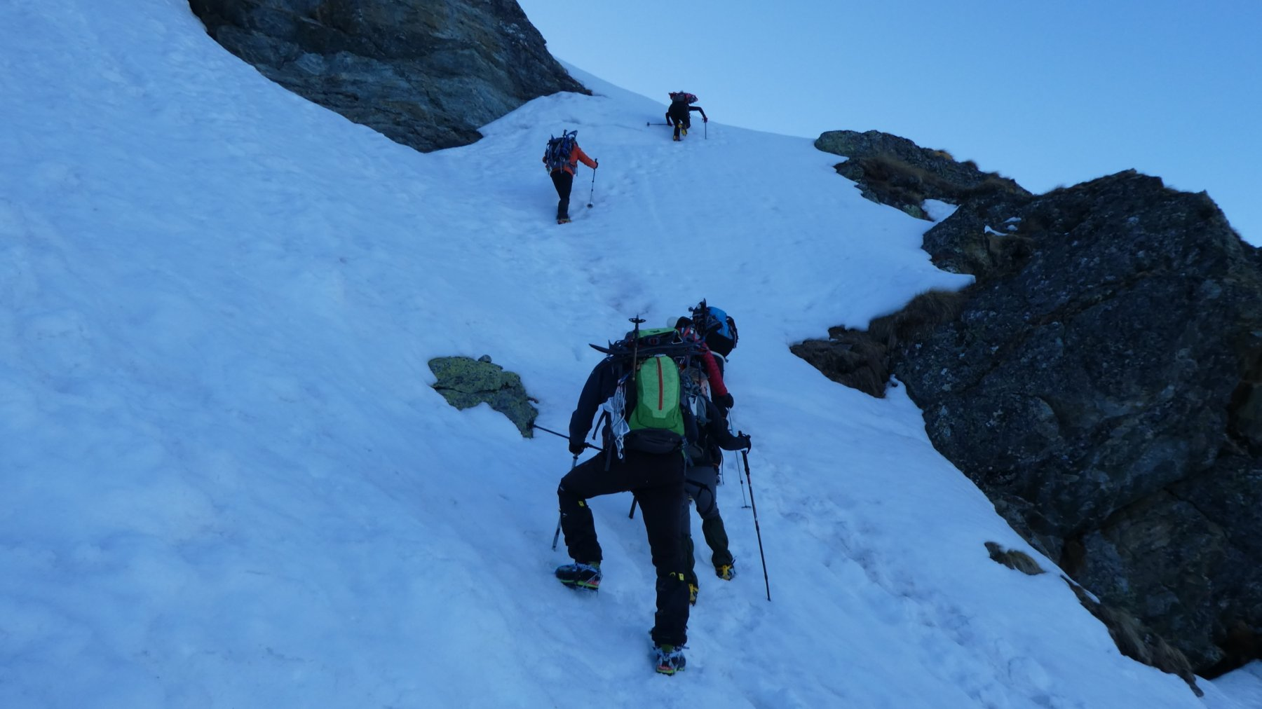 salendo il ripido canalino della quota 2480 m (passo chiave della salita)