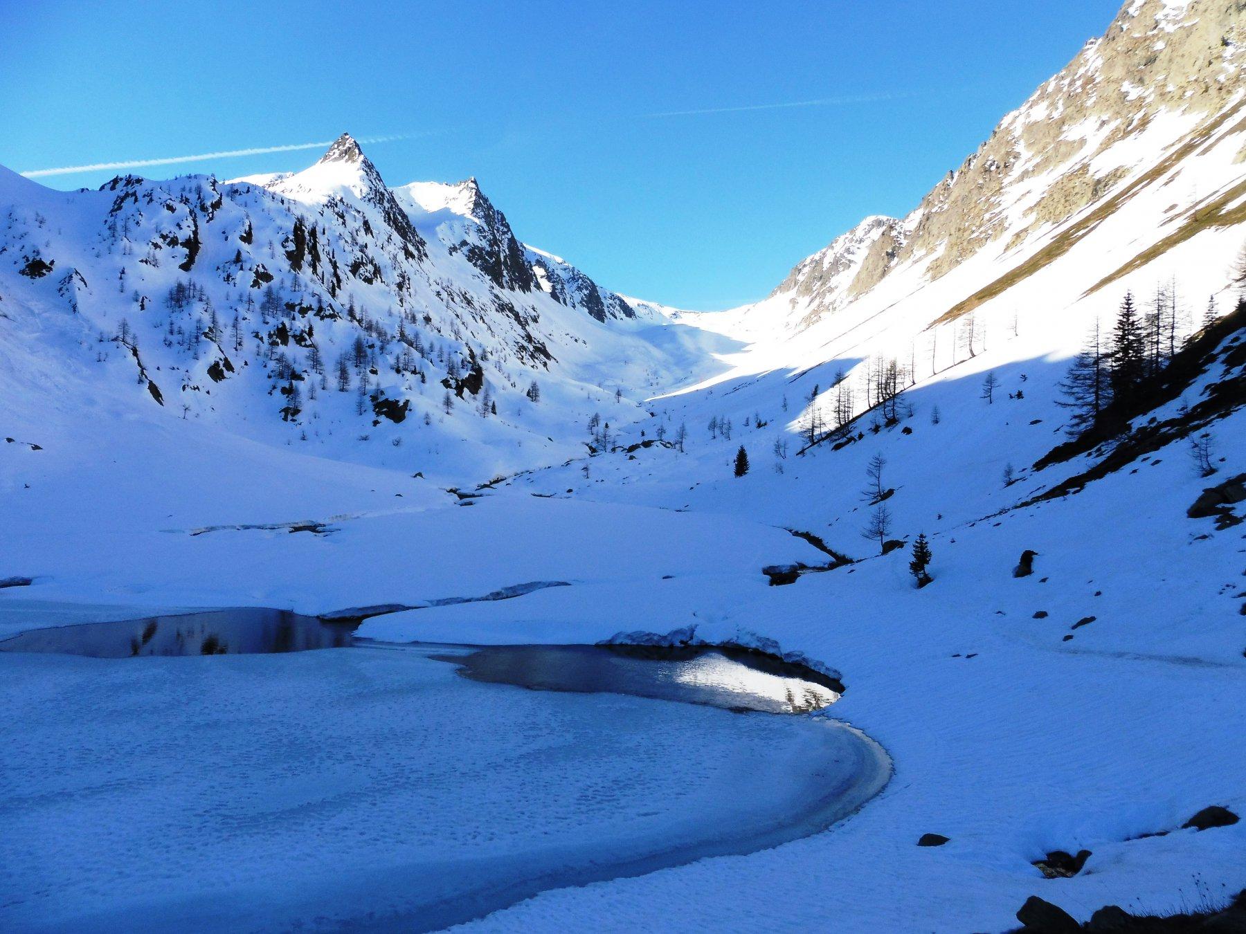 Vallone di Collalunga  con il lago di S.Bernolfo già parzialmente scoperto