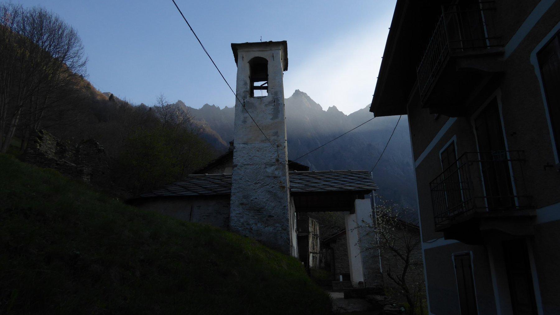 Chiesetta di Tiglietto, con Punta delle Gheule a dx del campanile