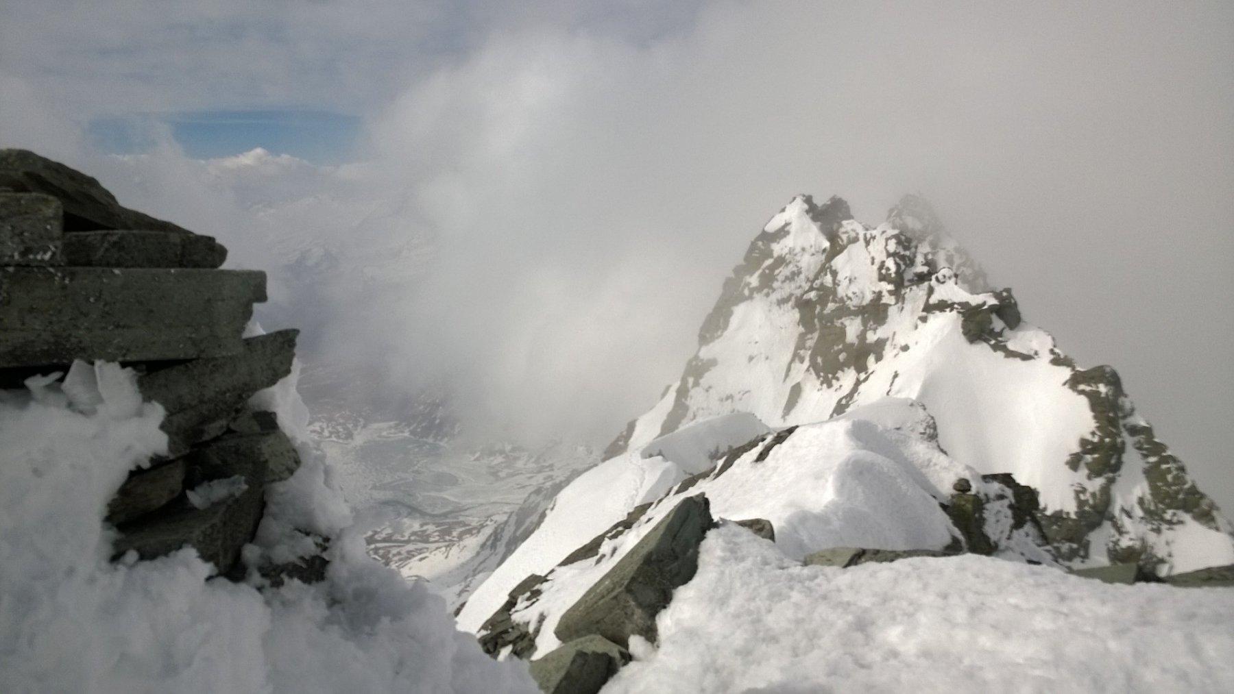 Pizzo Suretta: vista dell'ometto di vetta e della cresta percorsa, sul fondo, il Lago di Montespluga