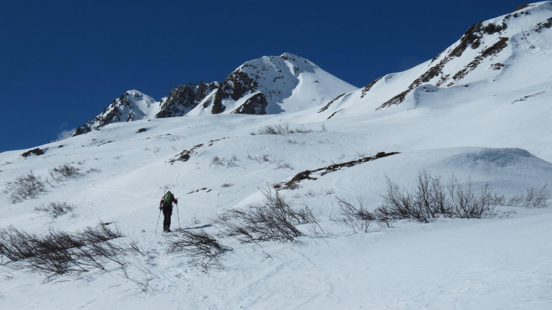salendo i docili pendii nevosi lungo il versante NE del Corno di Nefelgiù