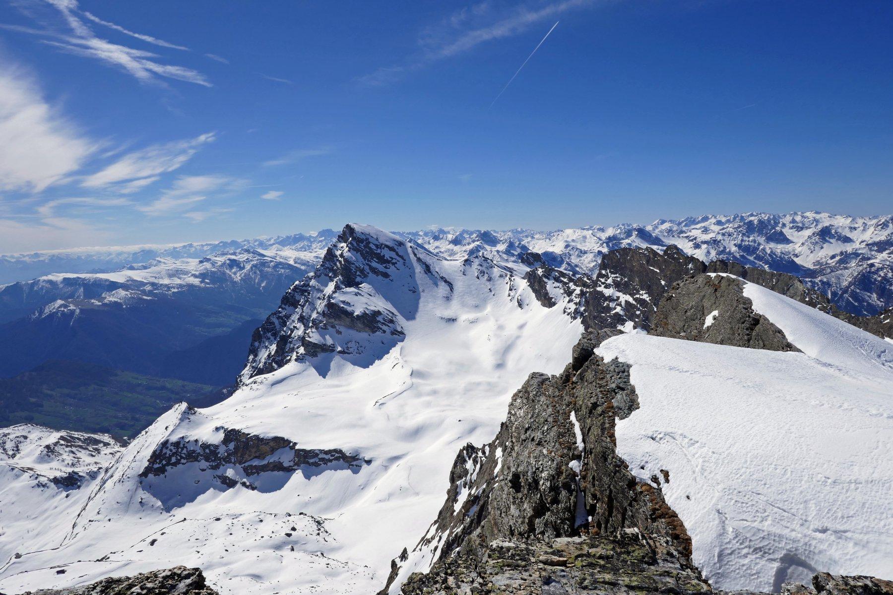 Panorama dalla cima, in primo piano il Chersogno