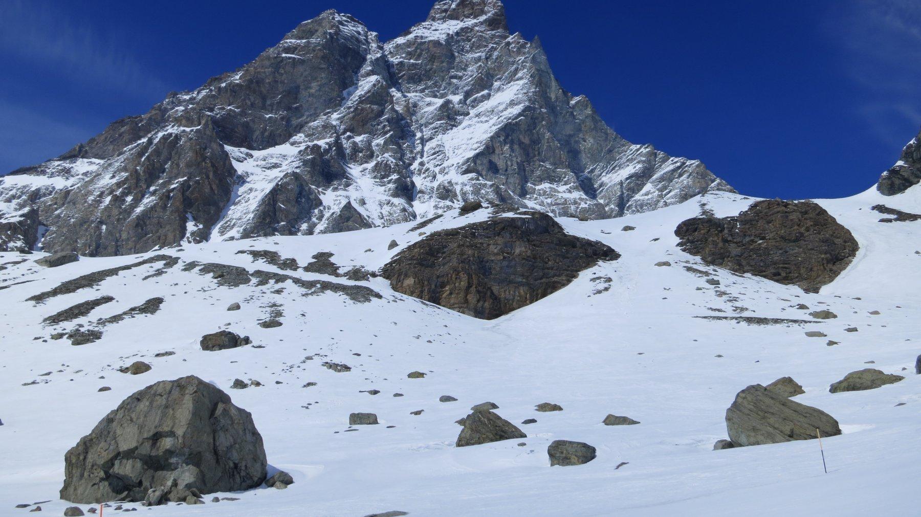 con neve scarsa si evidenzia il traverso che sale a sx verso la valletta sospesa