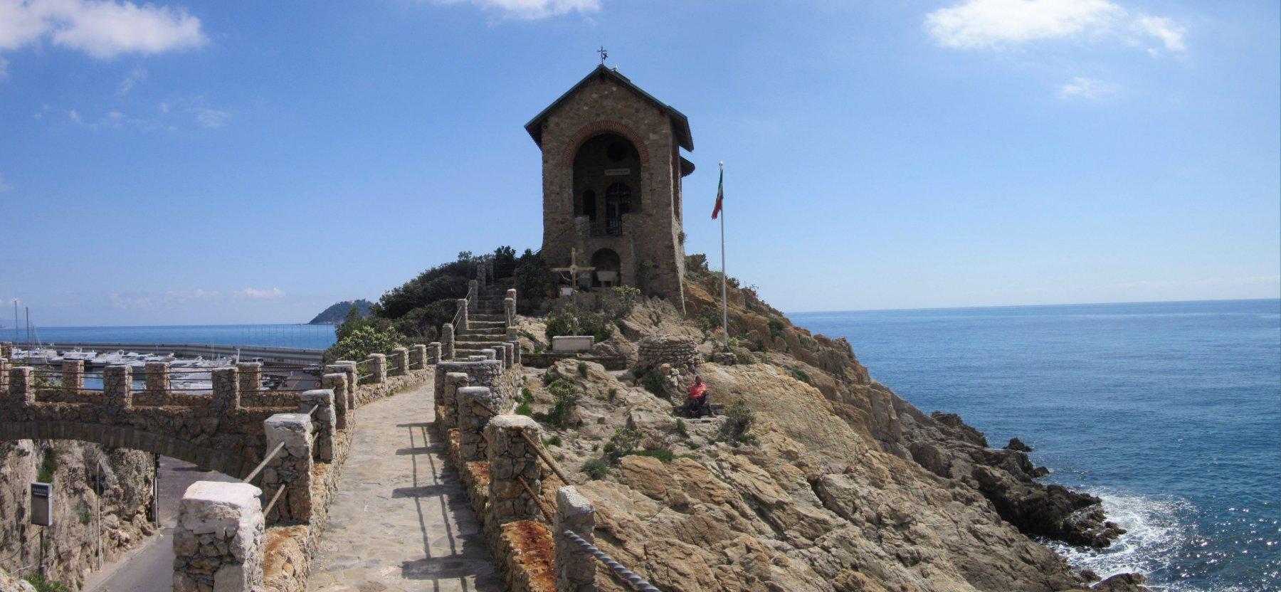 La suggestiva cappella dedicata ai caduti del mare a capo Santa Croce