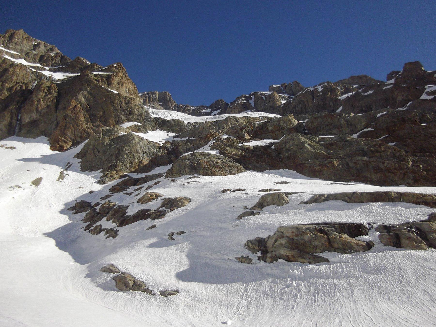 accesso al ghiacciao dell'Ailefroide (quota 2950). Si intuisce lo scivolo che permette il superamento delle rocce.