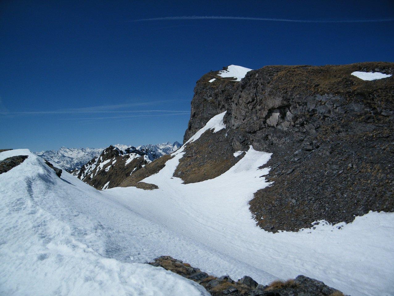 L'anticima vista dalla valletta che porta sulla dorsale.