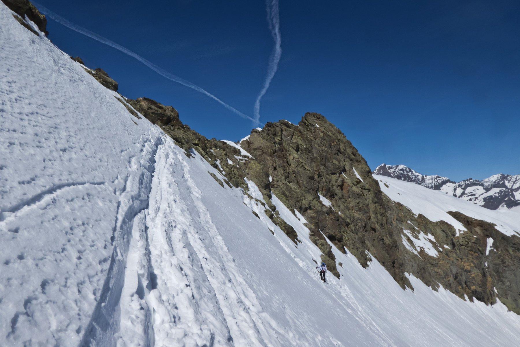 A pochi metri dalla cresta sommitale, luogo di deposito sci