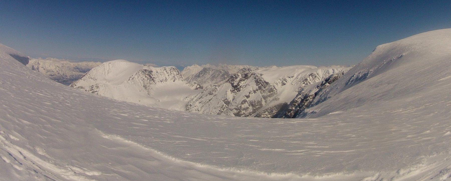 Panorama sulla spalla poco sotto la grande spianata della vetta, quota 1800 m circa