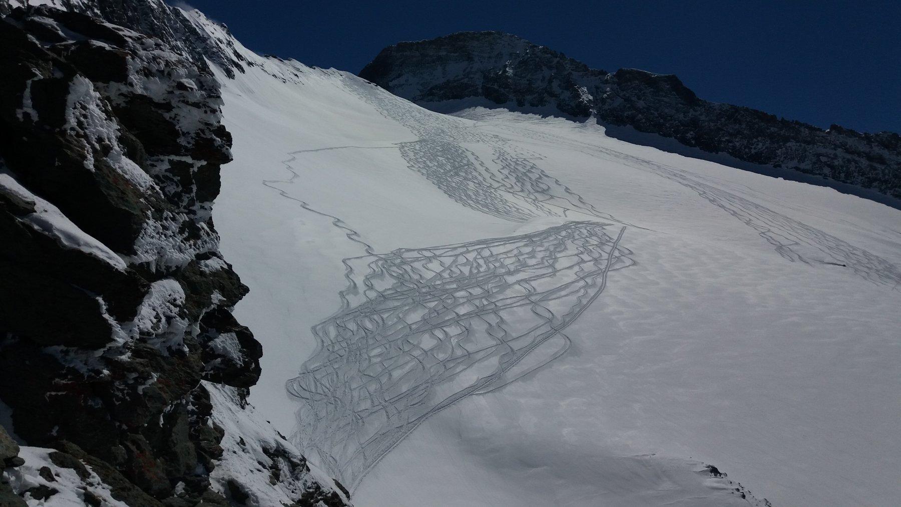 Tracce sul ghiacciaio nella luce del pomeriggio