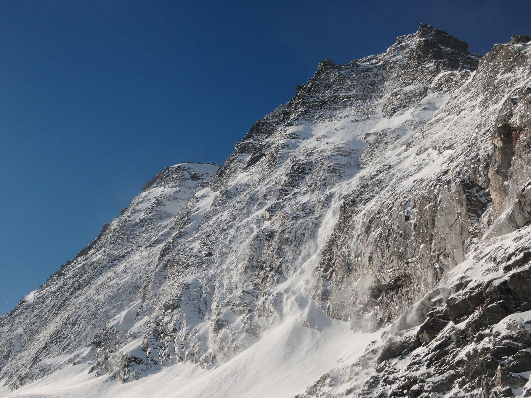 Parete Nord-Est dell'Hübschhorn che scarica neve polverosa