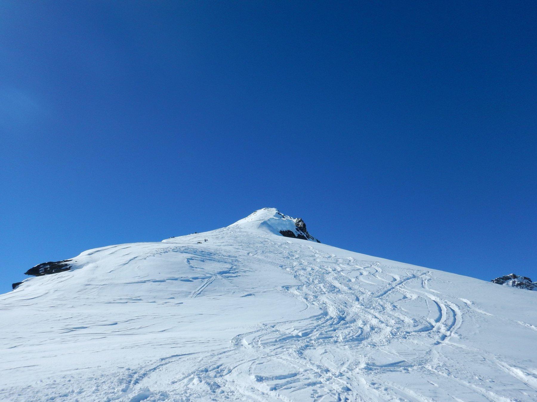la cresta percorribile sci ai piedi