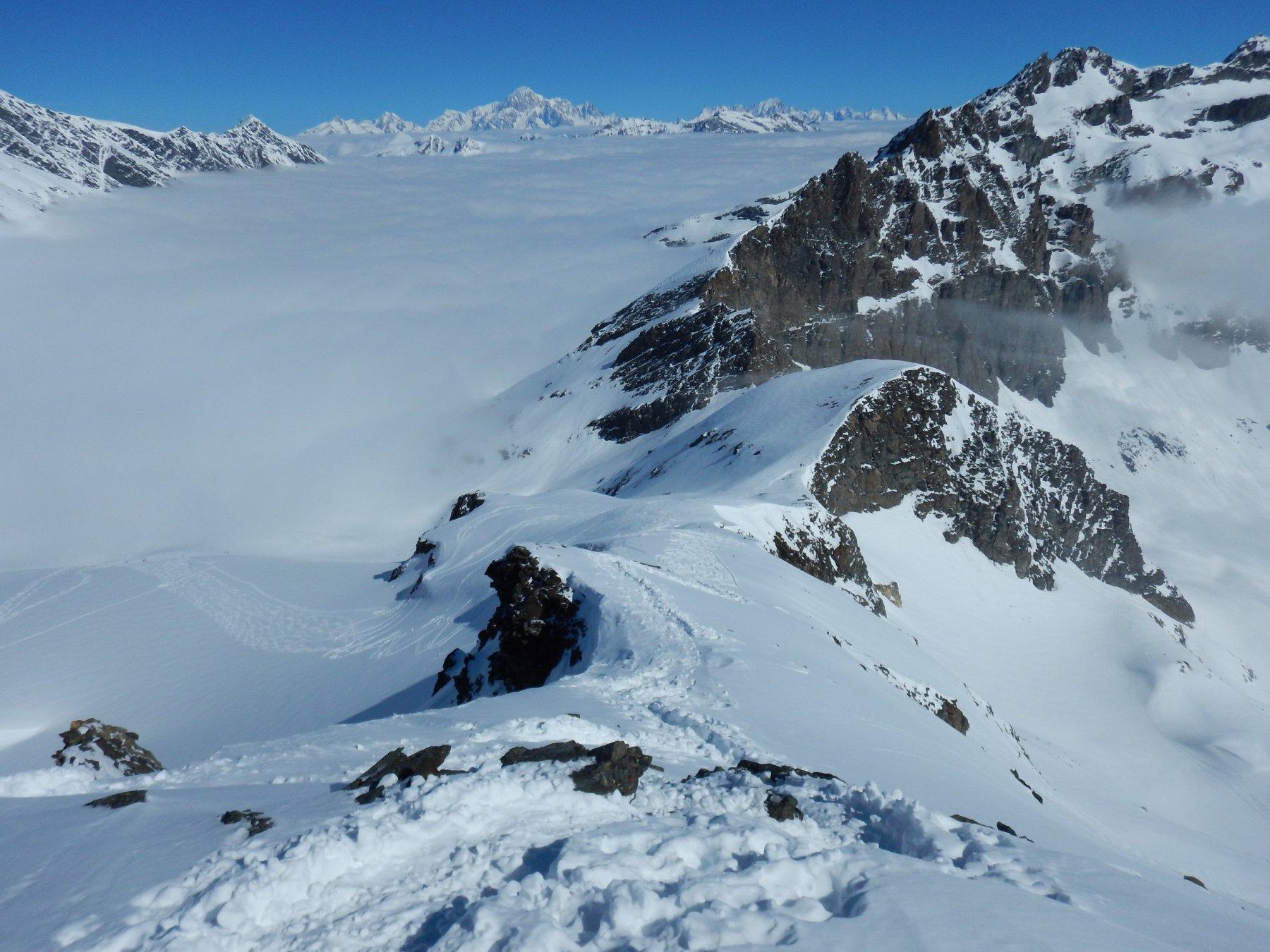 dalla cima la cresta percorsa e il mare di nubi