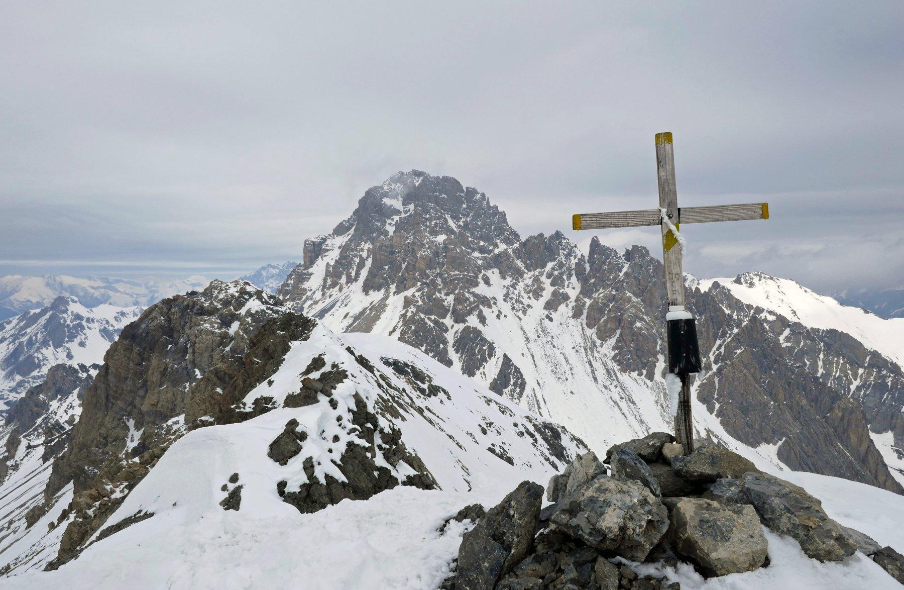 Croce di vetta del Vanclava, dietro la mole rocciosa dell'Oronaye