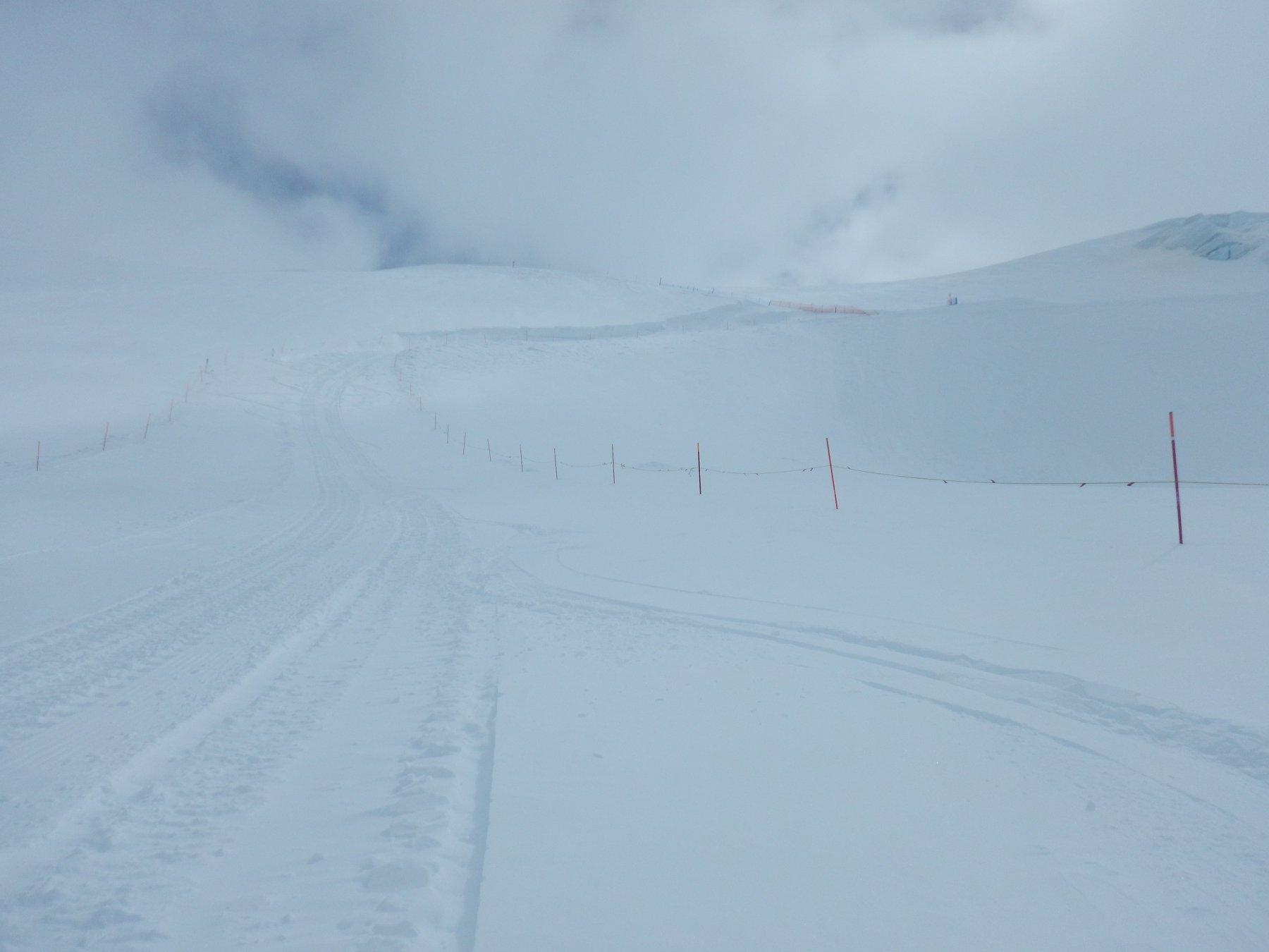 discesa con neve fresca in pista