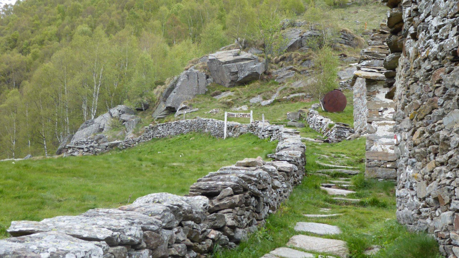Sul sentiero buona fontanella a fianco l'ultima baita subito dopo comincia la discesa