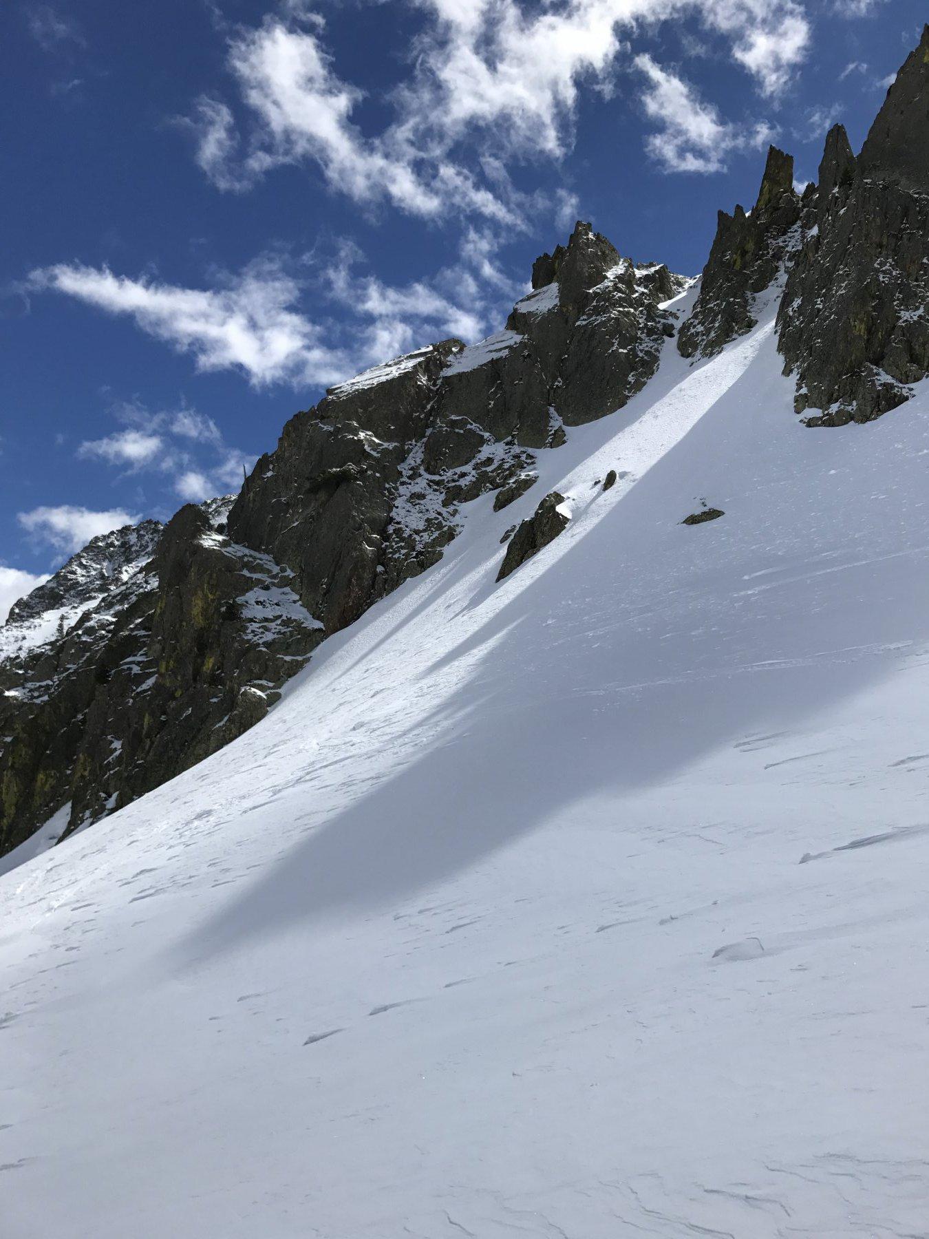 Canali nevosi e pareti rocciose