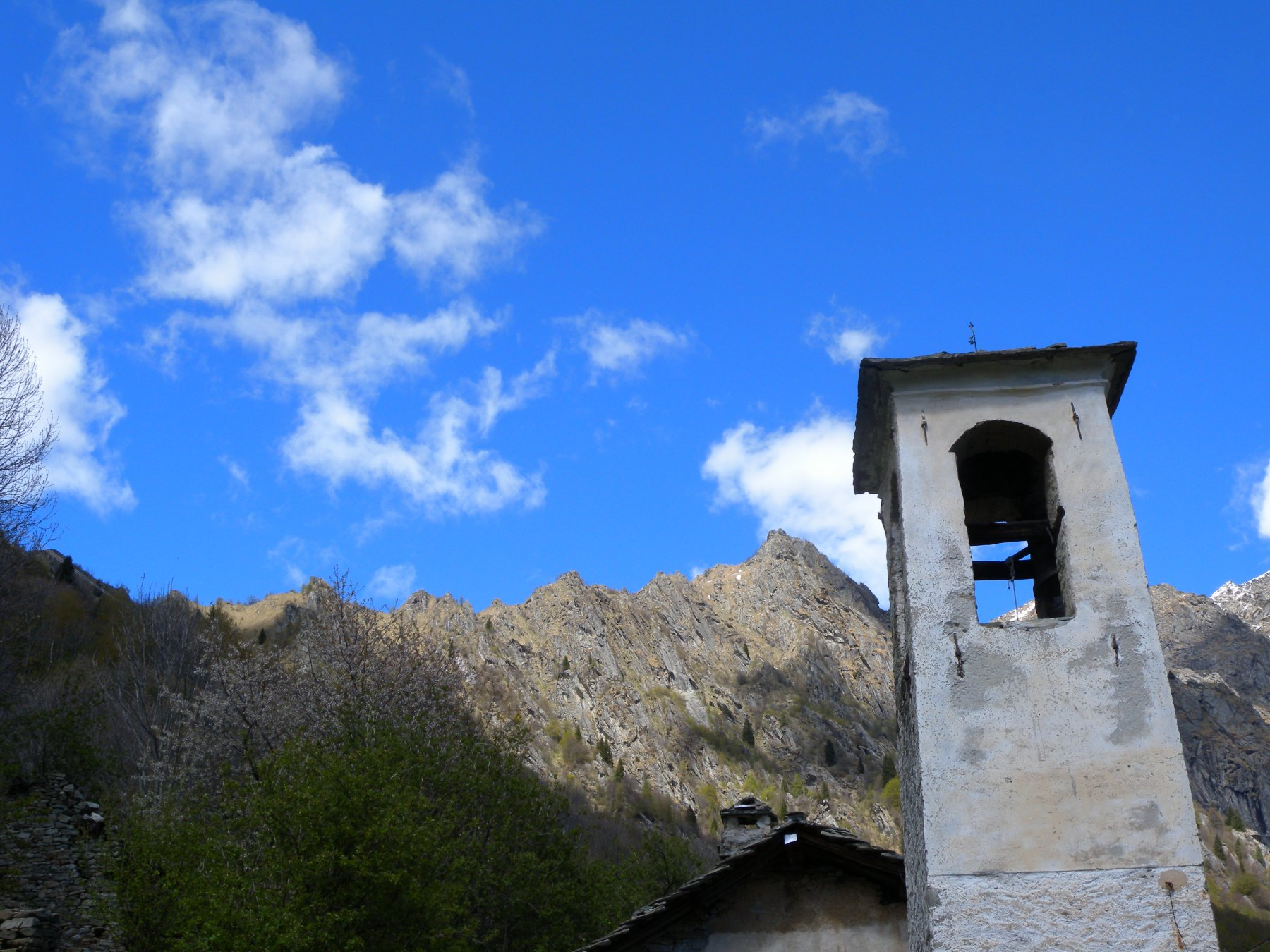 La bella cresta percorsa e puntina dalla chiesetta di Tiglietto
