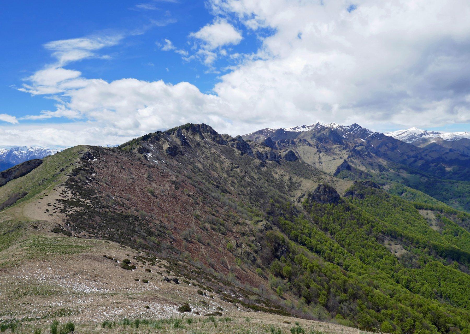In discesa, dall'Alpe di Rittana, il meteo migliora e concede uno scorcio panoramico
