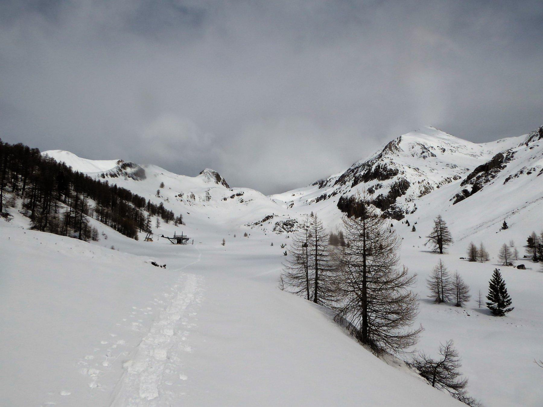il pianoro con la partenza della seggiovia Rocher Rouge, in fondo il Col de Trois Freres Mineurs
