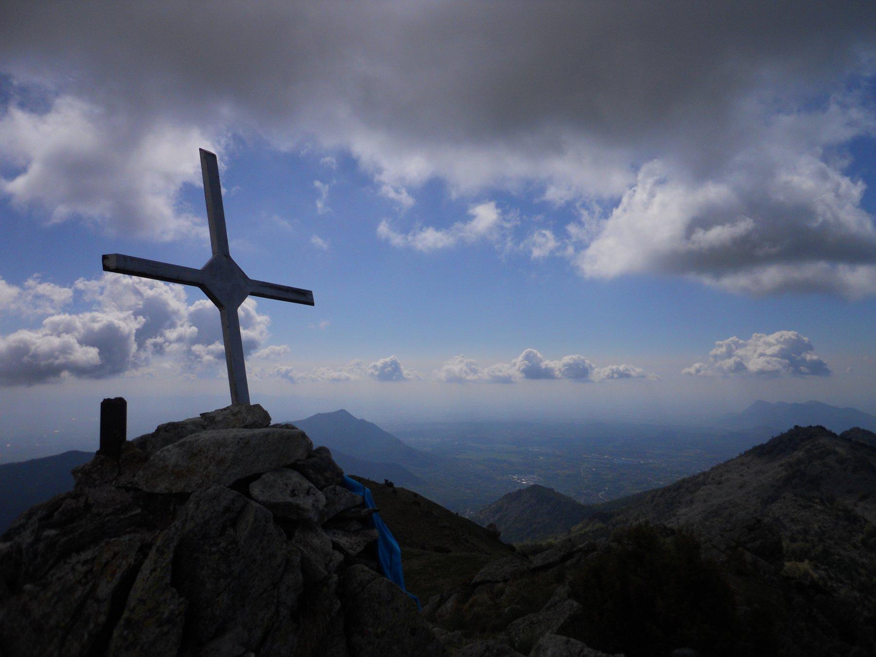 Croce sbilenca, con, da sinistra Musinè, pianura e a dx, Sapei e Rocca Sella
