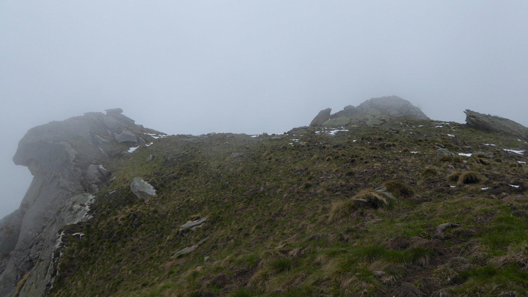 Antecima e cima Bric Pistone, anche oggi nelle nebbie