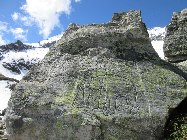 La pietra dove è incisa la leggenda della Vecchia poco prima del lago