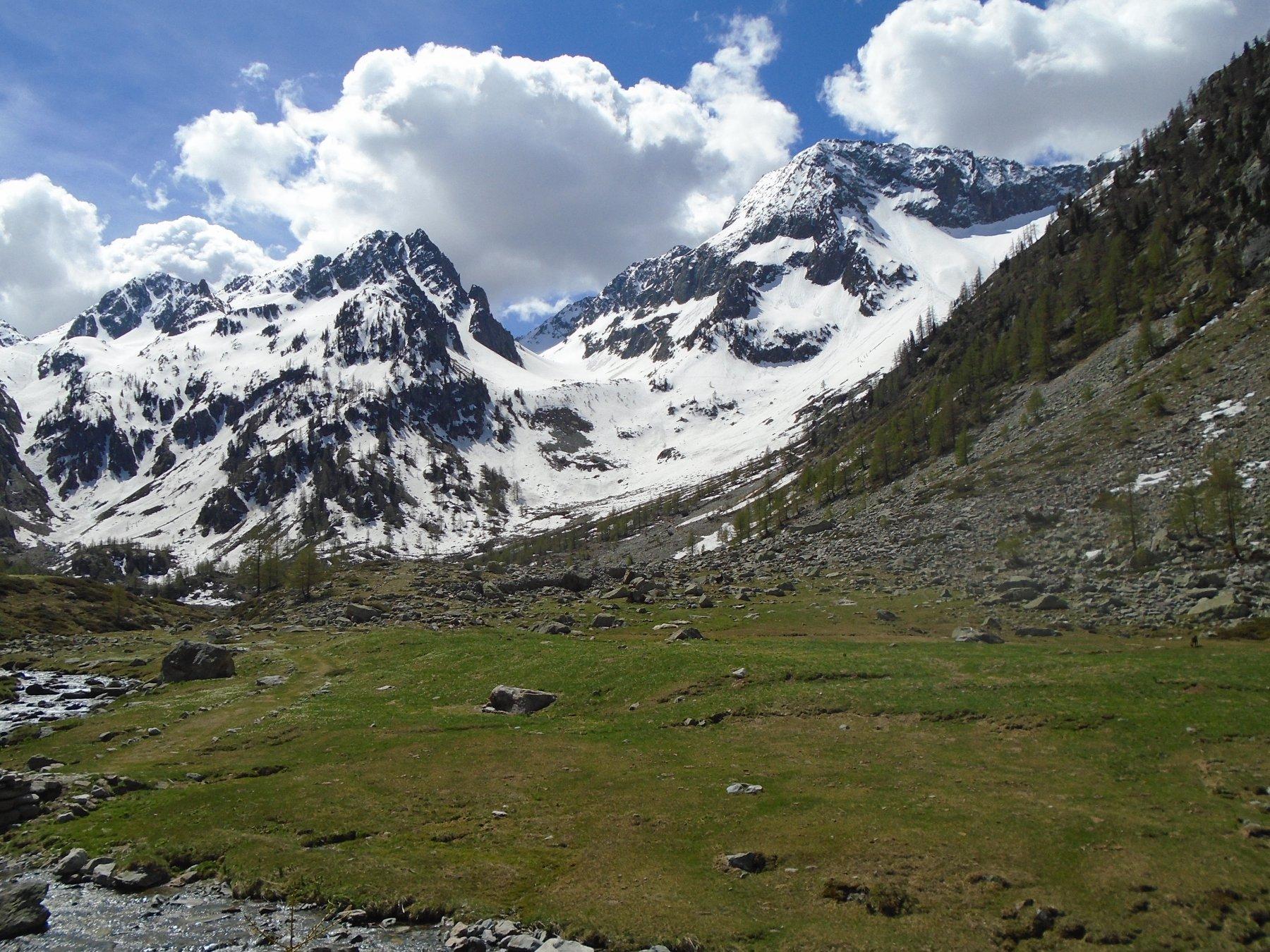 Condizioni: da sx verso Ghiliè, centro verso Ciriegia, dx verso Fremamorta (inizio neve 1800m)