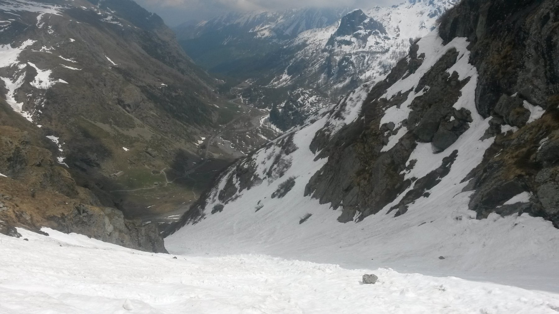 In vista del parcheggio - ormai i resti di neve dura e terriccio da valanga fanno da sicuro tappo