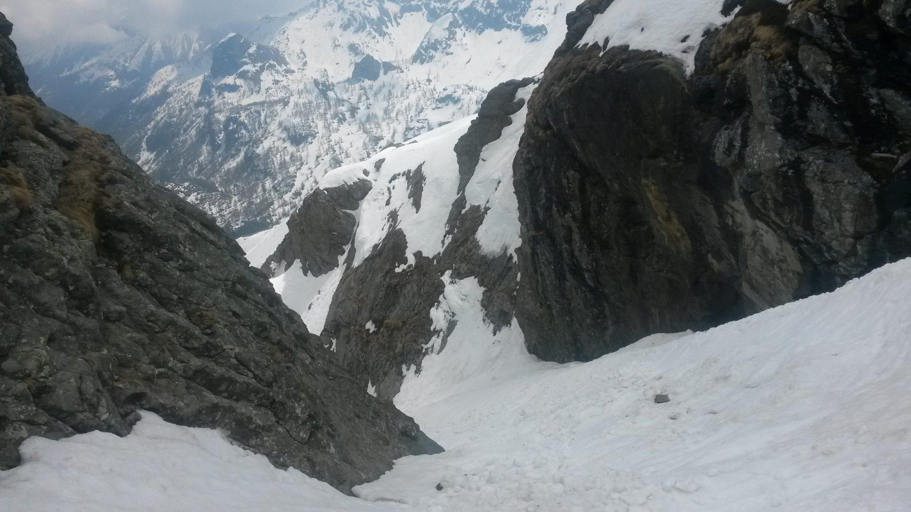 Parte alta del canale in discesa - la neve tiene ancora