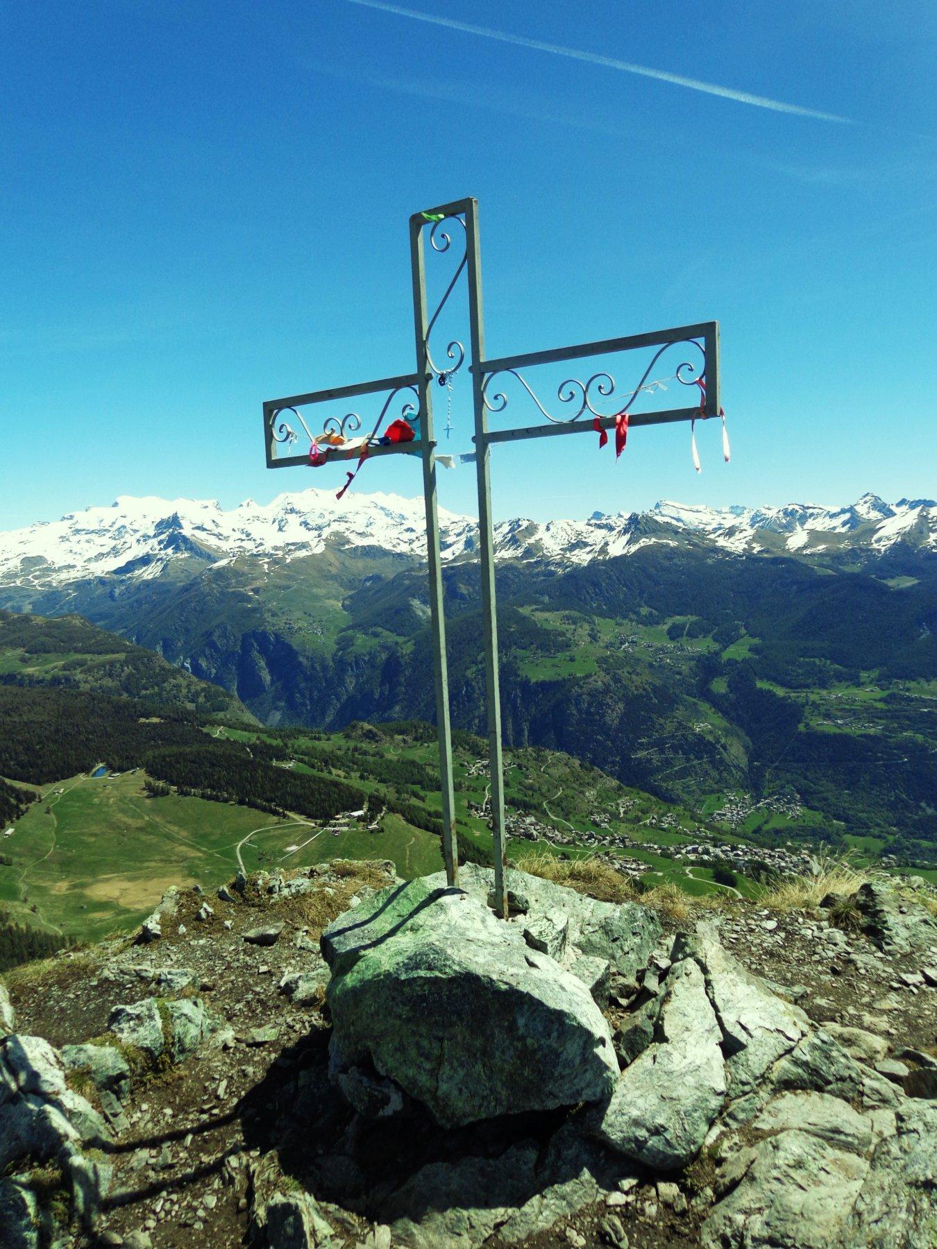 Croce di vetta con sfondo Monte Rosa