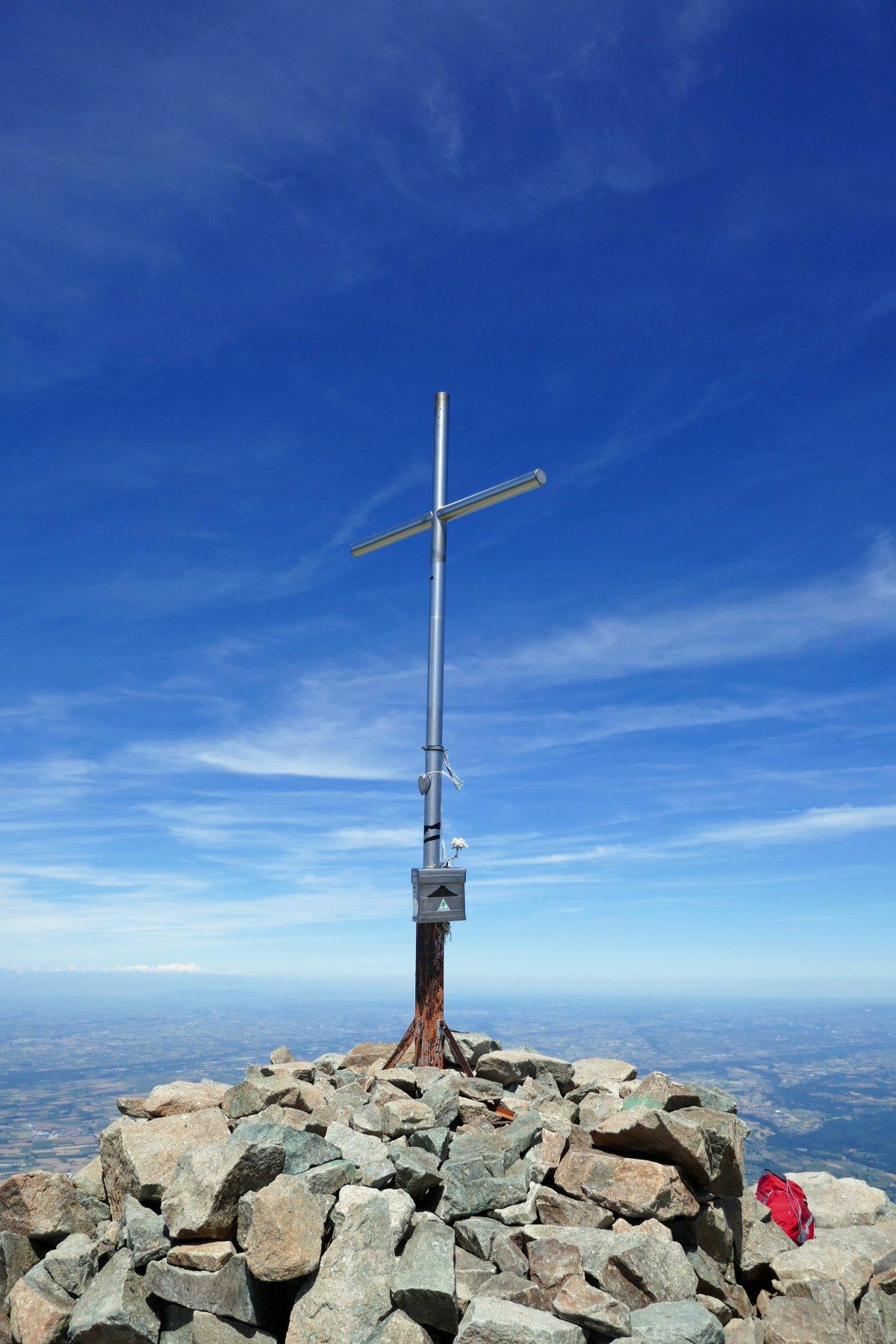 La croce della Bisalta in un raro momento di quiete