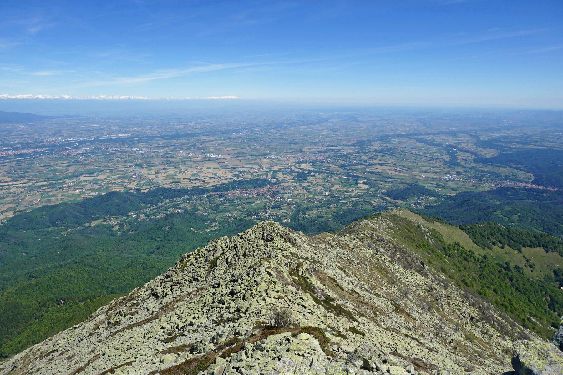 Salendo lungo la cresta la vista si apre sulla pianura