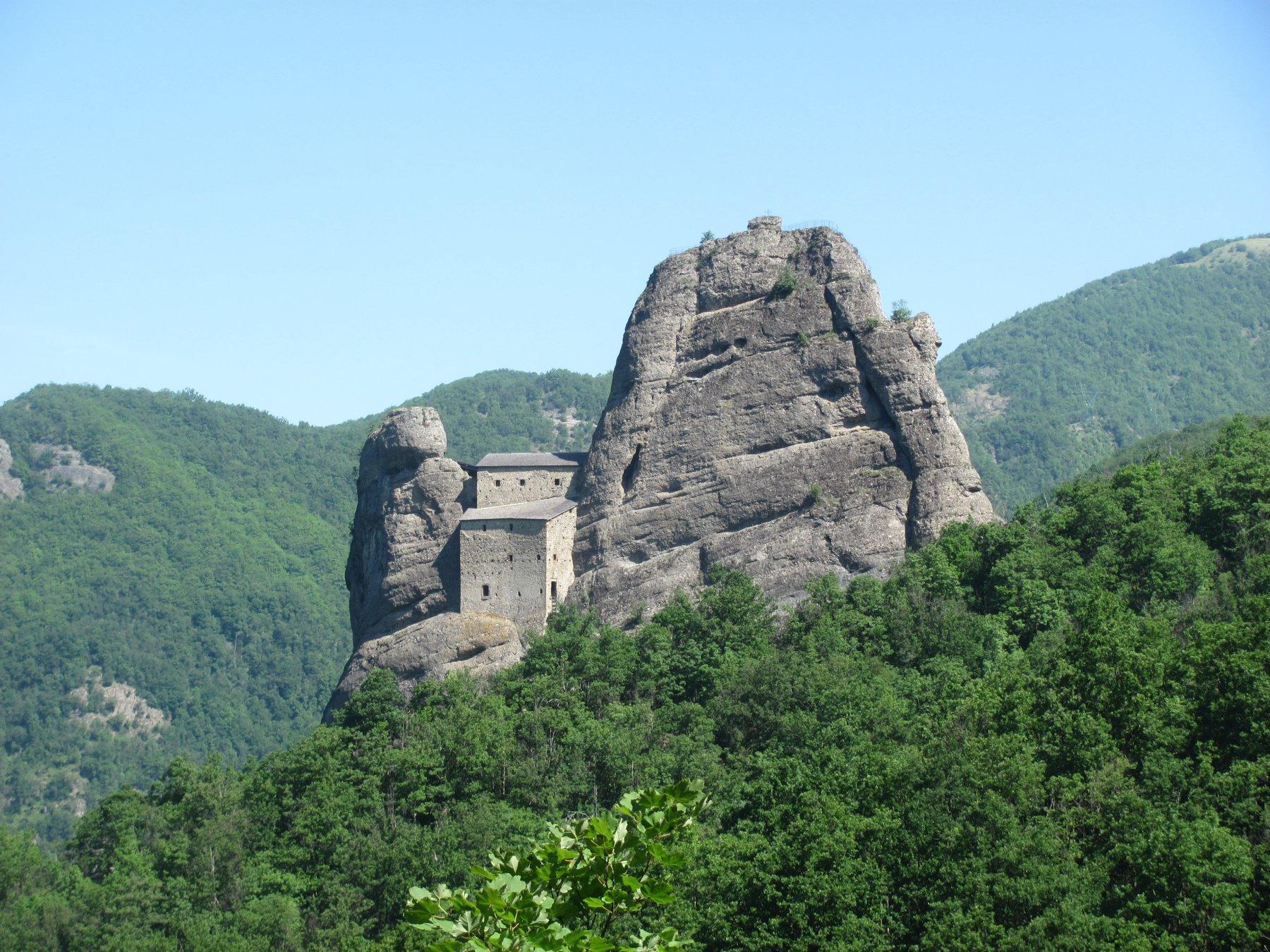 prima visione del castello, dal sentiero di accesso