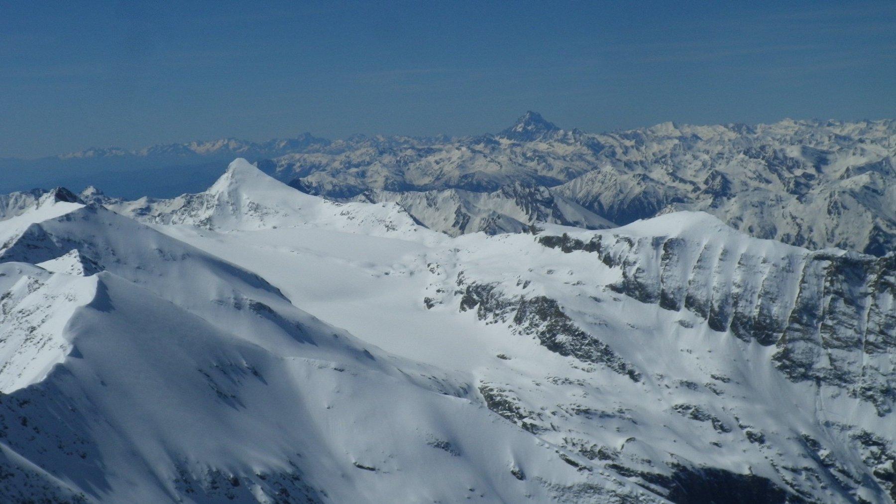 Zoomata sul Roccia, che sembra in gran condizioni, sotto lo sguardo del Monviso.