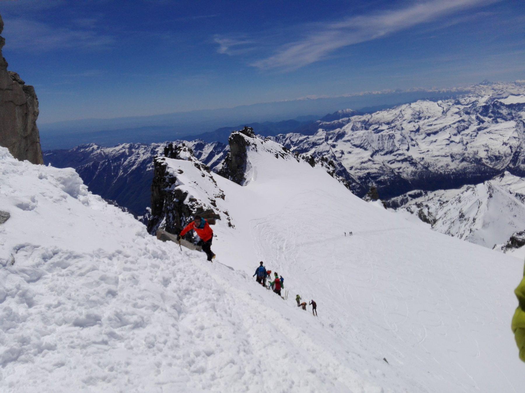 Facile arrampicata sulla neve dopo il deposito sci