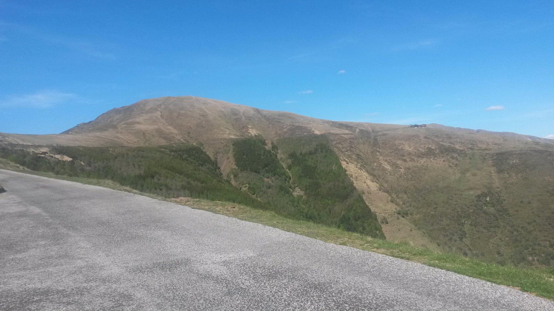 Alla fine della pendenze sostenute, il tratto panegiante prosegue sopra i pini e conduce alla capanna (visibile sulla destra).