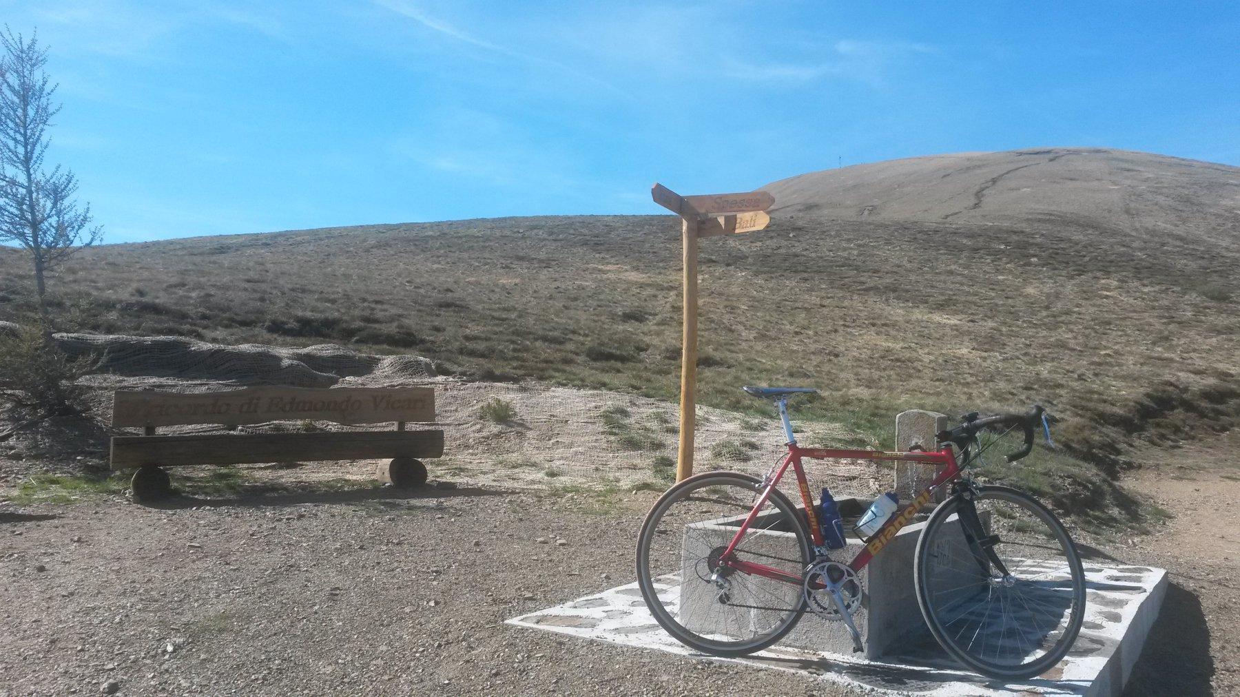 Il Monte Bar sullo sfondo (la capanna è pochi metri sotto sulla sinistra..)