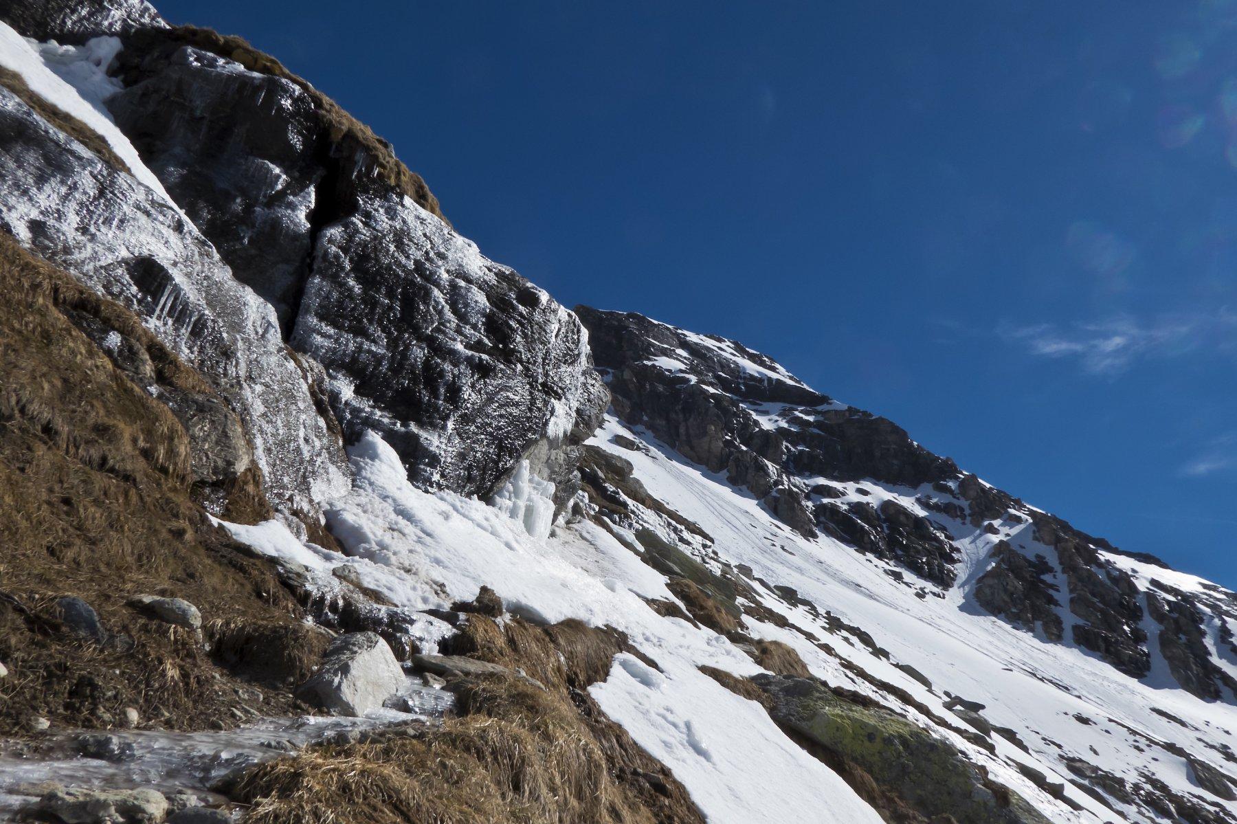 Suggestive colate di ghiaccio alla fine del sentiero pulito