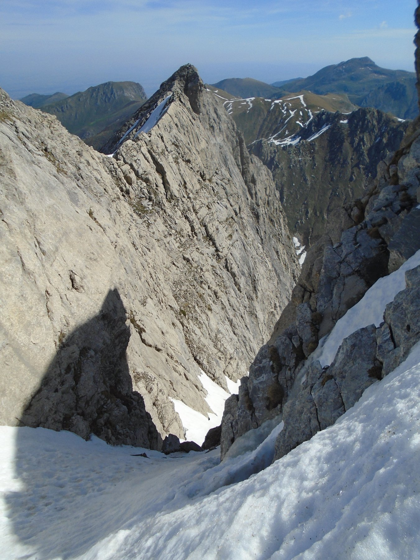 La strettoia, con masso al centro, vista dall'uscita