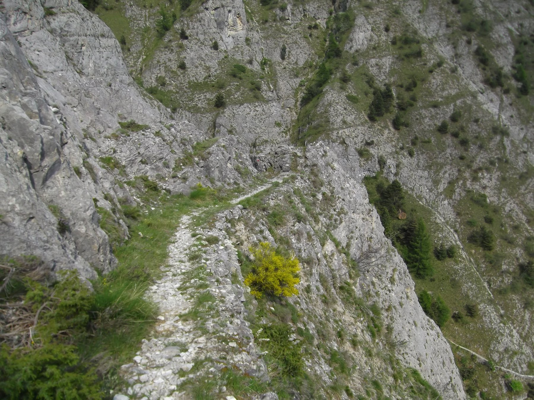 Tratto di sentiero tra le gole che scende ai casolari Pironi.