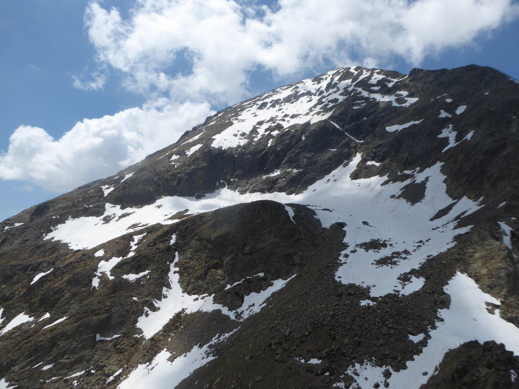 la conca attraversata da destra a sinistra, in basso a destra il colle Laroussa